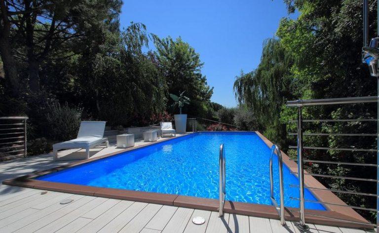 Giardino con piscina a Jesi